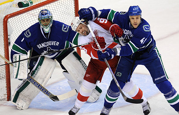 Canucks snap Red Wings' NHL-record home win streak at 23