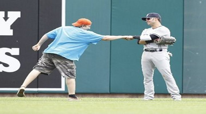 Detroit's Inept Security Allowed Fan to Approach Nick Swisher on the Field
