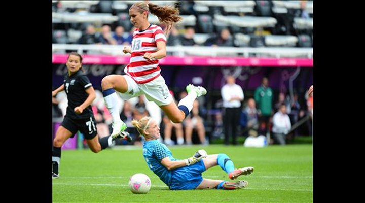London 2012 - Video: Alex Morgan Kneed New Zealand's Goalie in the Face