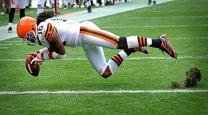 Browns WR Josh Cribbs Got Knocked Out After a Scary Hit Against the Ravens [Video]