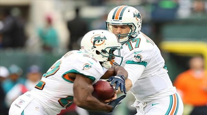 """Dolphins RB Reggie Bush Ridiculous """"Madden-Like"""" Touchdown Run to Give Miami the Lead [Video]"""