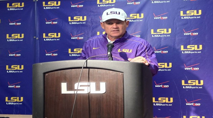 Les Miles Answered Reporter's Phone During Press Conference & Tossed It Back to Him [Video]