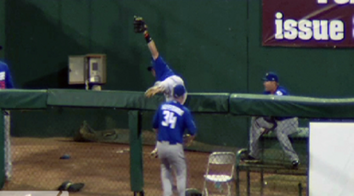 Kirk Nieuwenhuis Makes Spectacular Over the Fence Catch & Confuses Announcer [Video]