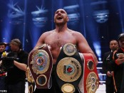 2EE3DAA800000578-3338711-Tyson_Fury_poses_with_his_world_title_belts_after_beating_Wladim-a-4_1448871333954